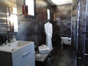 Salle de bains dans l'établissement La Canopėe 19