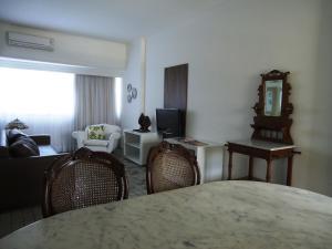 Uma TV ou centro de entretenimento em Flat no Hotel Imperial Suites