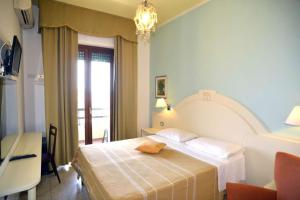A bed or beds in a room at Hotel La Margherita & SPA