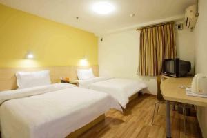 Кровать или кровати в номере 7Days Inn Tianjin Dongli District Jintang Bridge