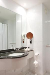 A bathroom at Cambridge Bar Hill Hotel, BW Signature Collection