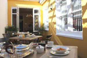 A restaurant or other place to eat at Tintagel Guesthouse