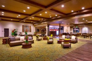 The lobby or reception area at Courtyard by Marriott Oahu North Shore