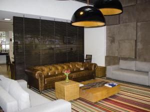 Uma área de estar em Naoum Hotel