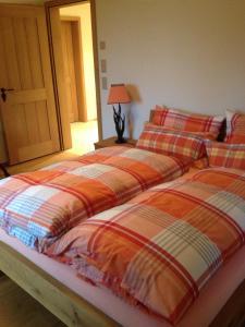 Ein Bett oder Betten in einem Zimmer der Unterkunft Ferienwohnung Chalet Camilla