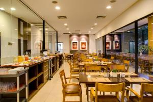 A restaurant or other place to eat at Hotel Regente Paragominas
