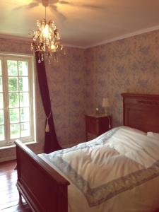 A bed or beds in a room at Chateau de Lucy