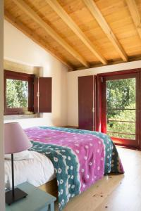 A bed or beds in a room at Casa Agricola da Levada Eco Village