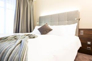 Ein Bett oder Betten in einem Zimmer der Unterkunft Hôtel des Voyageurs Boutique