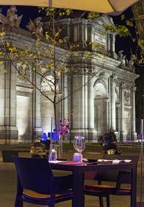 Un restaurante o sitio para comer en Hospes Puerta de Alcalá