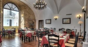 A restaurant or other place to eat at Tugasa Hotel Convento San Francisco