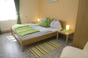 A bed or beds in a room at Gasthof Kraxner