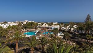 Uitzicht op het zwembad bij H10 Suites Lanzarote Gardens of in de buurt