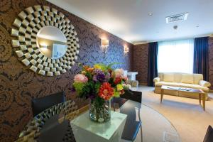A seating area at The Hampshire Court Hotel - QHotels