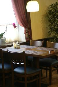 A restaurant or other place to eat at Maleton Hotel (Garibaldi)