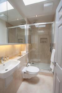 A bathroom at Temple Bar Essex Street Apartments