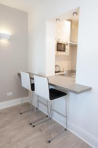 A kitchen or kitchenette at Temple Bar Essex Street Apartments