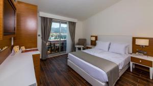 سرير أو أسرّة في غرفة في فندق كيتينسي