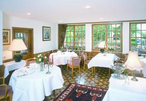 Ein Restaurant oder anderes Speiselokal in der Unterkunft Hotel Kinnen