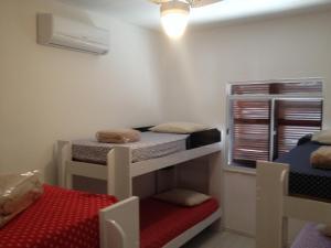 Uma ou mais camas em beliche em um quarto em Marlin Hostel Ilha Grande