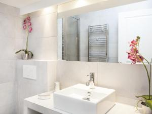 A bathroom at Luxury 2 Bedrooms Grands-Boulevards I by Livinparis