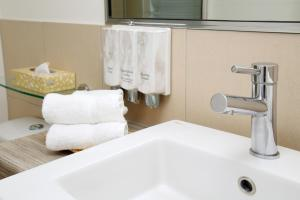 A bathroom at Cairns Central Plaza Apartment Hotel