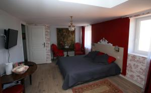 A bed or beds in a room at Les Chambres de Kimi