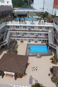 Вид на бассейн в Экватор Отель или окрестностях
