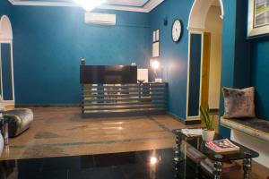 The lobby or reception area at Hostal Oriente