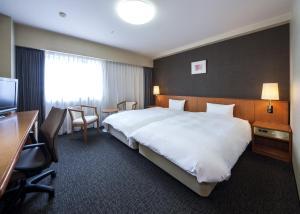 Tempat tidur dalam kamar di Daiwa Roynet Hotel Toyama