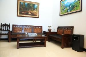 A seating area at Puri Kusuma Guest House