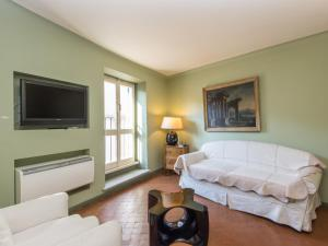 A seating area at RSH Spanish Steps Apartments