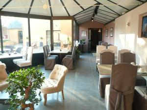 A restaurant or other place to eat at Hotel Le Saint Aubin