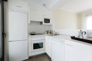 A kitchen or kitchenette at Aparthotel Jardines de Aristi