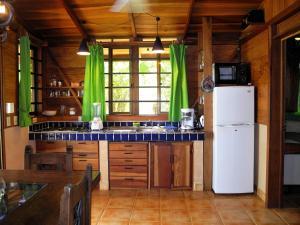 A kitchen or kitchenette at Casas Pelicano