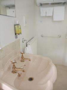 A bathroom at The Fernery B&B