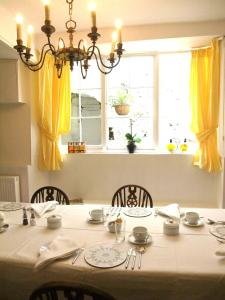 A restaurant or other place to eat at The Fernery B&B
