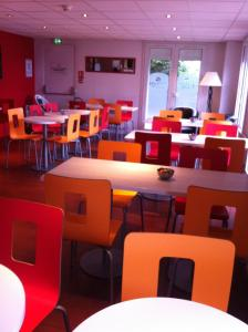 A restaurant or other place to eat at Premiere Classe Cergy Saint Christophe