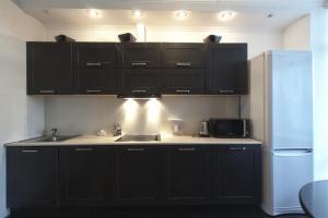 Кухня или мини-кухня в Апартаменты на Народного Ополчения