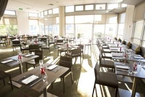 A restaurant or other place to eat at ibis Sydney Olympic Park