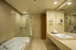 A bathroom at Stamford Plaza Auckland