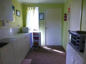 A kitchen or kitchenette at Quamby Pines Chalet