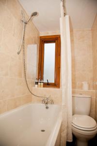 A bathroom at Richmond House Hotel