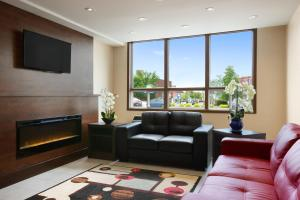 A seating area at Days Inn & Suites by Wyndham North Bay