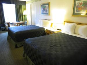 A bed or beds in a room at Maingate Lakeside Resort