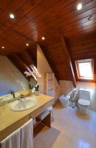 Een badkamer bij Hotel Spa Acevi Val d'Aran