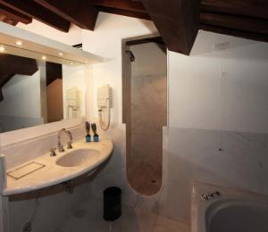 A bathroom at Palazzo Contarini Della Porta Di Ferro