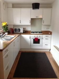 A kitchen or kitchenette at Bellway Commonwealth Apartment