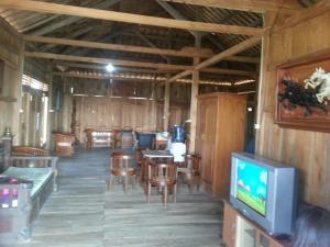 A restaurant or other place to eat at Rumah Kayu Sumberrejo