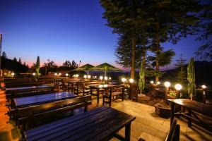 Un restaurant sau alt loc unde se poate mânca la Hotel Piatra Craiului